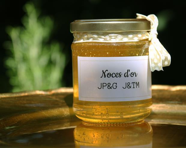 cadeau d'invité avec du miel et des paillettes en or pour des noces d'or