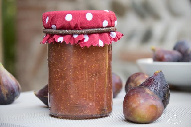 recette de la confiture de figues au miel, noisettes et vanille- présentation d'un pot de confiture