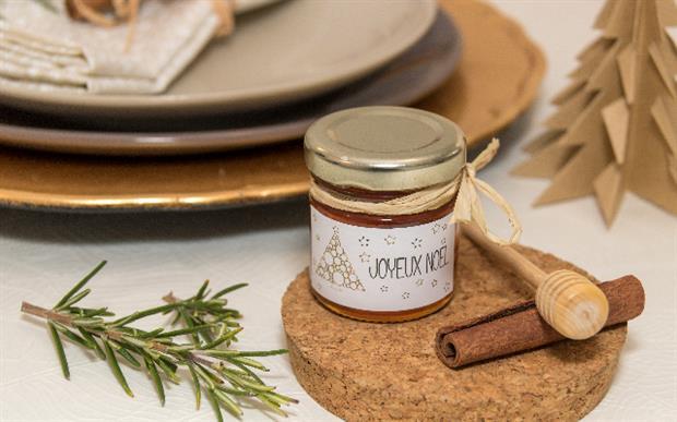 décorer sa table de Noël et offrez des petits pots de miel avec une étiquette personnalisée