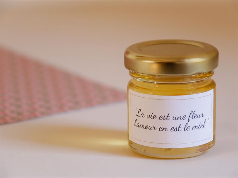 Un message personnalisé sur un cadeau d'invité du miel