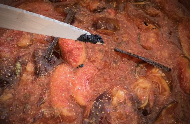 préparation de la confiture de figues au miel, noisettes et vanille sur pointe d'un couteau