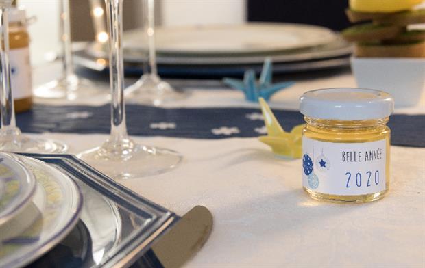 offrez des petits pots de miel pour les invités du nouvel an que vous organisez