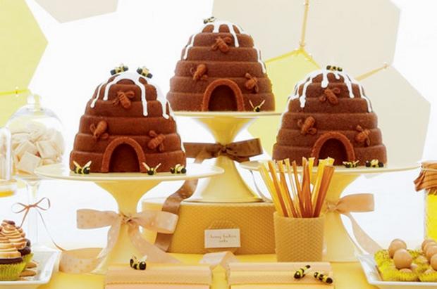 wedding cake en forme de ruches et d'abeilles