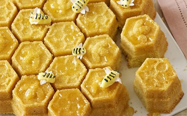 gâteaux en forme d'alvéoles et d'abeilles