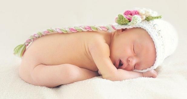 bébé dans son nid douillet