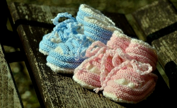 chaussons roses ou bleus