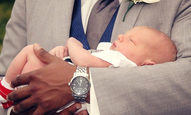 bébé avec son parrain
