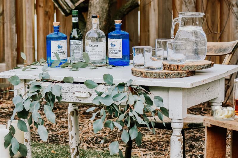 un bar en plein air esprit guingette pour un mariage vintage