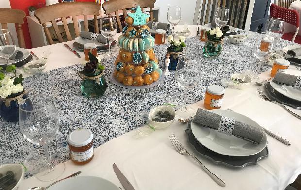 table de premiere communion avec cadeau invite