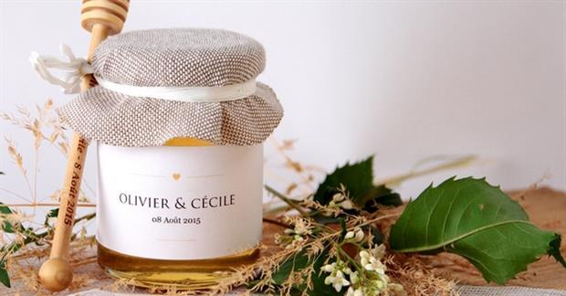 Un Petit Pot de Miel personnalisé comme cadeau d'invité à un mariage elopement