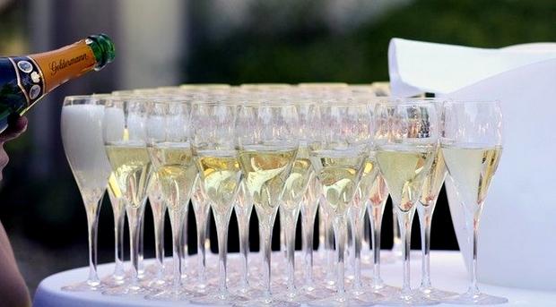 traiteur servant du champagne