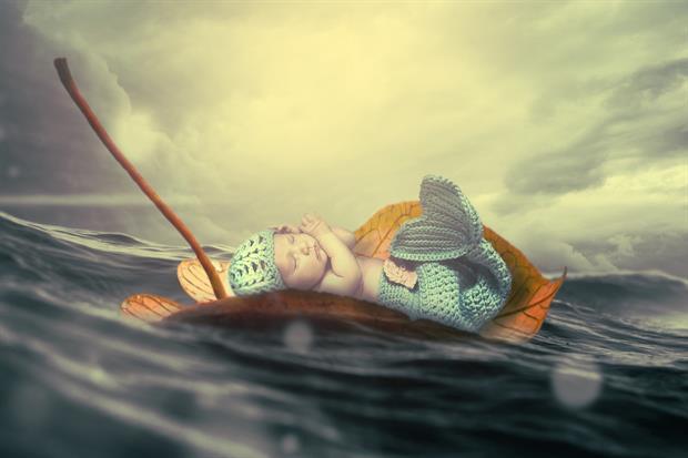 bébé sirène sur une feuille dans l'océan