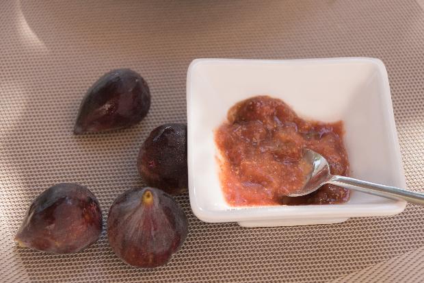figues rouges et petite soucoupe de confiture de figues au miel, noisette et vanille