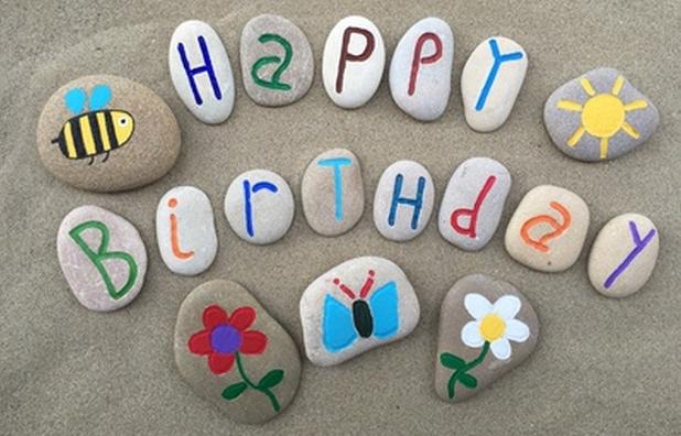 happy birthday, joyeux anniversaire avec des galets peints
