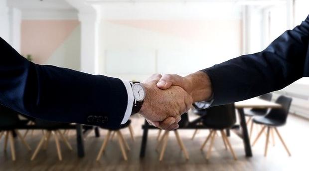 relation professionnelle et serrage de mains