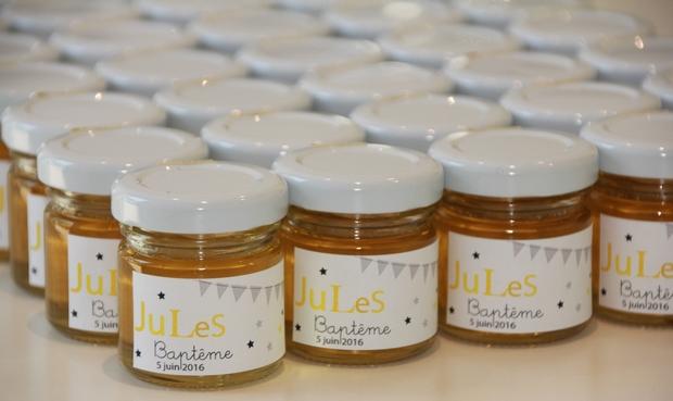 Offrez des petits cadeaux d'invités pour un baptême : des petits pots de miel personnalisables
