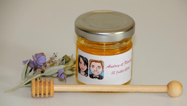 idée cadeau d'invité pour un mariage : des petits pots de miel personnalisés