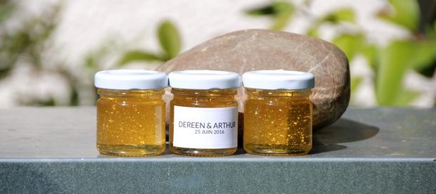 du miel avec des paillettes en or pour un cadeau d'invité éblouissant