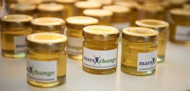 un petit pot de miel personnalisé comme cadeau d'entreprise ou cadeau d'affaires
