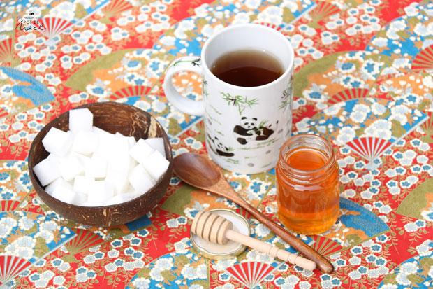 présentation du miel et du sucre en morceaux