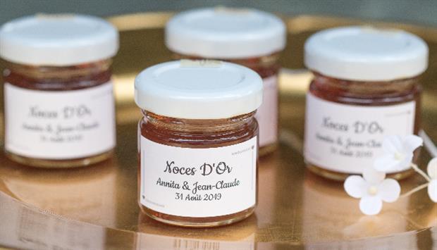 des petits pots de miel avec une étiquette personnalisée à offrir à vos invités