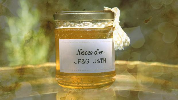 des petits pots de miel comme cadeau d'invité