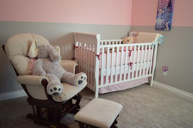 chambre de bébé avec petit lit et grosse peluche