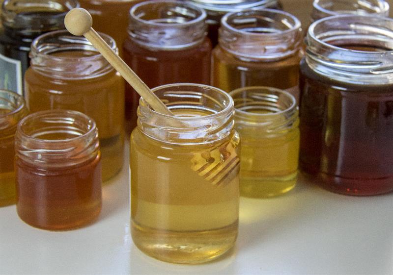 des pots de miels et cuillère en bois à miel- Mon petit Pot de Miel créateur de cadeau d'invité