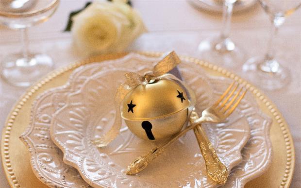 décorer sa table de Noël en utilisant d'anciennes déco plutôt que d'acheter encore