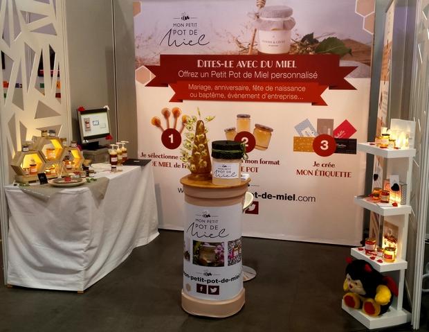 le Stand de Mon Petit Pot de Miel au salon du mariage : Créateur de cadeaux d'invités personnalisés à base de miel 100% made in France